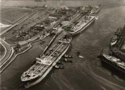 Linksboven het begin van de Maasboulevard en het (toen pas gebouwde) restaurant 'Europoort', aan de kop van de Jachthavenlaan en de Spuihaven. Links in het midden het begin           van de Havenstraat met Hoek's Machine- en Zuurstoffabriek. De schepen in de haven v.l.n.r.: T.S. Frisia, T.S. Philidora en de T.S. CALTEX Copenhagen.