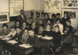 Leerlingen van de Willem Brouwerschool in de Dwarsstraat met meester