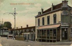 De zuidzijde van de Rotterdamsedijk gezien in oostelijke richting vanaf de hoek van de Buitenhavenweg met op de hoek Café Hoek aan de Buitenhavenweg 180. Links het begin- en           eindpunt van de tram.