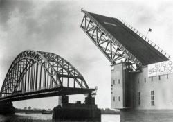 In opdracht van Rijkswaterstaat bouwde Gusto Staalbouw een basculebrug (Bnr. 748) over rivier de Noord tussen Hendik Ido Ambacht en Alblasserdam. De montage werd gedaan door           onderaannemer Bijker's Aannemingsbedrijf N.V. te Rotterdam. Het bouwen van de brug was onderdeel van het Rijkswegenplan uit 1927, uiteindelijk zou de brug geopend worden in november 1939.           Tegenwoordig fungeert de brug als oeververbinding voor lokaal verkeer en transport van gevaarlijke stoffen (N915). Fotonummer in het E-depot: 0386-486-004