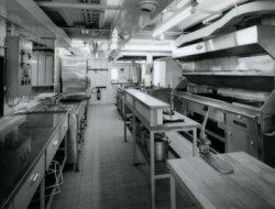 De keuken van de veerboot 'Free Enterprise III' (Co. 538), waar lichte maaltijden voor de 1.114 passagiers konden worden bereid.