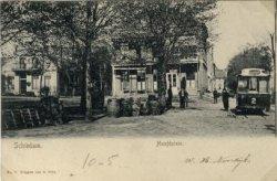 Op de voorgrond een deel van het Hoofdplein en rechts in het verlengde daarvan de Hoofdstraat. Geheel links villa 'Johanna', rechts daarvan café 'De Maas', alles gezien           vanaf het Hoofdplein. Let op de paardentram die de Hoofdstraat inrijdt en sinds 1902 de route van het Stationsplein naar het Hoofdplein rijdt.