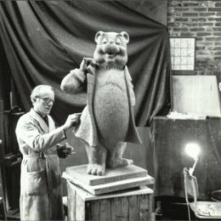 André Henderickx werkt in zijn atelier aan het beeld van Olivier B. Bommel in chamotte.