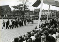 De annexatie van Kethel in 1941 verbeeld door St.Radboud als boerenkapel, gevolgd door boerensjezen. Scêne uit het pleinspel opgevoerd ter gelegenheid van het bezoek van           koningin Juliana aan de stad op 13 september 1962.