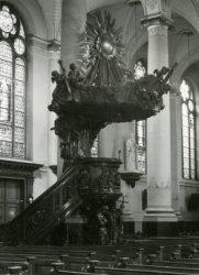 De preekstoel in de Havenkerk aan de Lange Haven 72, uit het atelier van de Belgische beeldhouwer C.H.Geerts.