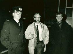 Burgemeester R. Scheeres van Schiedam (midden) in gezelschap van Politie-korpschef P.J. van den Hengel (rechts) en brandweercommandant Ad van Leeuwen (links) bij een brand           op het terrein van de N.V. Dok- en Werfmaatschappij Wilton-Fijenoord.