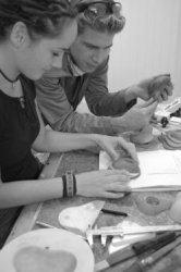 In het kader van het project 'Material World' - onderdeel van de manifestatie 'Wonen met Kunst'- waarin ontwerpers in samenwerking met een Schiedams bedrijf een product           ontwikkelen dat te maken heeft met de woonomgeving, zijn Emile Estourgie en stagiaire Eva in een atelier in de voormalige Stadstimmerwerf bezig de laatste hand te leggen aan een kleurige           wandcontactdoos van rubber. Gezamenlijk ontwikkelden verschillende kunstenaars een aantal nieuwe producten. Het resultaat van deze bijzondere samenwerking is te zien in De Korenbeurs (Hoek           Dam/Lange Haven) van vrijdag 28 oktober tot en met zondag 6 november 2005.