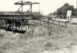 De Blauwe Brug aan de Schiedamseweg over de Poldervaart, gezien vanaf de Bijdorpzijde in de richting van het dorp Kethel. De aanvoer van drinkwater, etc. vanuit Schiedam,           werd nog over de Poldervaart, via de stalen constructie naast de brug gedaan. (later, toen de brug werd vervangen door een dam, gingen de leidingen onder de grond).