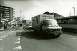 Gezicht op de Rotterdamsedijk gezien in oostelijke richting met het eindpunt van de tram van en naar Rotterdam. Links de flat Singelwijck, destijds bekender als de Hemaflat           vanwege het feit dat de Hema op de begane grond was gevestigd.