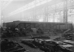 Tijdens een openbare vergadering van de gemeenteraad van Schiedam op 13 februari 1925 is besloten tot de bouw van een nieuwe beweegbare brug over de Lange Haven tussen de           Koemarkt en de Gerrit Verboonstraat. Op 5 oktober 1926 vond de eerste steenlegging plaats. Verschillende bedrijven werkten aan de bouw van de brug : NV Internationale Gewapend Betonbouw           Breda mocht de onderbouw bouwen, Machinefabriek Jaffa uit Utrecht was verantwoordelijk voor de machine-installatie. De Schiedamse werf Gusto kreeg de opdracht de bovenbouw te realiseren.           Ir. H.B.J. Aikema was ontwerper van de brug en hij had de technische leiding en toezicht. De burgemeester van Schiedam de heer A.J. Gijsen heeft op 23 november 1927 de nieuwe Koemarktbrug           geopend.