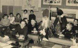 Leerlingen van de Willem Brouwerschool in Dwarsstraat met Sinterklaas en Zwarte Piet in de klas. De andere helft van de klas staat op de volgende foto (nr.           27513).