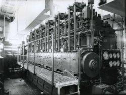 Een van de twee 12 cilinder Smit M.A.N. viertakt dieselmotoren voor de aandrijving van de veerboot 'Free Enterprise III' (Co. 538) Het schip was dubbelschroefs uitgevoerd,           wat betekent dat zij twee van dergelijke motoren in de machinekamer had voor de aandrijving van beide schroeven.