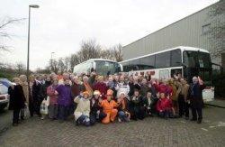 Ook Schiedam was vrijdagavond 1 februari vertegenwoordigd bij de Nationale Feestavond in de Amsterdam Arena, georganiseerd door het Nationaal Oranje Comité ter gelegenheid           van het huwelijk van Prins Willem Alexander en Maxima. Honderd Schiedammers, actief als vrijwilliger in diverse organisaties zoals Wijk- en Bewonersverenigingen, Oranjevereniging           Wilhelmina, de Stichting tot Viering en Herdenking van Nationale Feest en Gedenkdagen, (V.N.F.G.), sportverenigingen, Radio Schiedam en Ziekenomroep Schiedam waren door het gemeentebestuur           uitgenodigd deze avond bij te wonen. Op de foto de gasten, die op vrijdagmiddag in twee touringcars vertrokken vanaf Sporthal Margriet richting Amsterdam Arena.