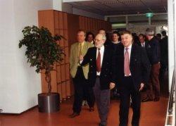 De nieuwgebouwde mediatheek van Scholengemeenschap Spieringshoek is zojuist op 23 maart 2000 officieel geopend door de heer Wim van der Camp (rechts), lid van de Tweede           Kamer der Staten Generaal voor het CDA. Links van hem rector H.J.N. Schoenmakers. Men loopt de mediatheek in vanaf de 1e verdieping van het lessengebouw.