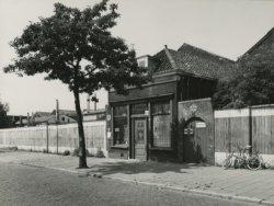 De noordzijde van de Hagastraat waar alleen nog het café van Bram Scholte staat en de rest van de bebouwing is afgebroken in verband met de bouw van nieuwbouwwoningen.           Enkele jaren later verdwijnt ook het café onder de slopershamer.