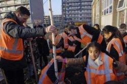 Boomplantactie op het Bachplein op 13 december 2007. Wethouder Yorick Haan plant samen met leerlingen van Christelijk Speciaal Basisonderwijs Atelier de eerste           bomen.
