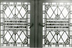 Onder de gebrandschilderde ramen in het oude Gemeenteziekenhuis is in de openslaande ramen deze tekst aangebracht. De ramen werden in 1918 geschonken door de N.V. Blad &           Prins te Schiedam. De glas-in-loodramen waren vervaardigd in het atelier 't Prinsenhof te Delft door Jan Schouten.