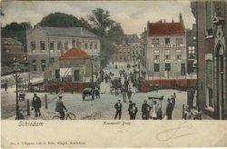Van voor naar achteren: de Koemarkt, de Koemarktbrug, de hoek van de Lange Haven, de Gerrit Verboonstraat. Het hoge pand rechts waarin café De Unie is gevestigd, en het pand           links, net ovr de brug, is de Jonge Juffrouwenschool. Alles gezien vanaf de Hoogstraat, hoek Broersvest.