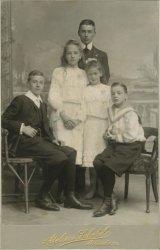 Groepsportret van kinderen. Deze foto is afkomstig uit een album van de familie Nolet.
