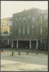 De in 1961 gebouwde Lagere Technische School aan de Mgr. Nolenslaan 3. De stenen bekroing in devoorgevel stelt het logo van de school voor. (Zie ook beeldnr.           26243).