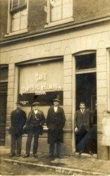 Café Schippers Welvaren aan de Buitenhavenweg, met in de deuropening eigenaar Peet Crama sr. De vader van Jan Crama, horeca-ondernemer en eigenaar van restaurant De Klok in           de Willem Brouwerstraat hoek Hoofdstraat.