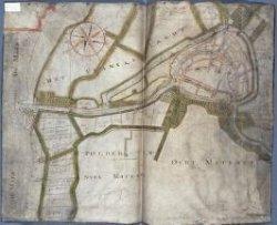 Handgetekende kaart op perkament van Schiedam van rond 1635 uit de 'Collectie Bodel Nijenhuis' van de Bibliotheek van de Universiteit Leiden. De kaart toont de gehele stad           Schiedam met delen van de omliggende polder, deels behorende tot het ambacht van Kethel. Het stratenpatroon is redelijk nauwkeurig weergegeven, mogelijk gebruik makend van de kaart van De           Gheijn, maar met name de waterstaatkundige situatie is goed weergegeven. Een aantal belangrijke of opvallende panden is ingetekend, alsmede huizen die langs sommige stukken water zijn           gelegen. Daarnaast zijn er specifieke percelen land 'uitgelicht', door inkleuring en een schriftelijke aanduiding. Mogelijk vervaardigd in opdracht van het Hoogheemraadschap van           Schieland.
