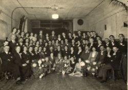 Zilveren huwelijksviering van Cornelis Johannes van Geene (geboren 16 oktober 1882) en Maria Theodora Commenie (geboren 21 september 1875) in De Teerstoof in november 1934.           Zij trouwden in Schiedam op 10 november 1909. Met op de achterste rij van links naar rechts: als 8e Cato van der Tuijn, daarnaast Cor van der Tuijn, Riek Roeters, Aad van der Tuijn, Jan           rensman, Anna van der tuijn, Jan van der Tuijn en Mien.., tweede van rechts is Luud van Geene. Staand tegen de muur, uiterst rechts Jan van Geene. Tweede rij van achter, geheel links           vermoedelijk Nicolaas van Oostrum, naast hem Ludovicus van Deventer, dan twee onbekenden, daarnaast Jo van de Tempel, Arie Levering (?), Alie Vierboom, Jan van Geene, Antonius van Geene,           NN, Maria van deventer, Piet van Deventer, Henk heinsbroek, Truus van der Tuijn, Greta de Vries en gerard van Geene, NN en Annie van den Heuvel. Daarvoor van links naar rechts Marie van           Geene, daarnaast de vader en moeder van Piet van Deventer, dan Anna Martens, NN Clara Wijzenbroek, Piet van Geene, Henk van geene, Truus van Geende, Kees van Geene, Dora Commenie, Annie van           Geene, Jo van Geene, truus van Geene, Daam van den Heuvel, echtpaar Van de Tempel, NN, en geheel rechts Toon van Geene. Vooraan op de grond zitten Dami van den Heuvel, theo van Geene, truus           van Geene, Bep van Geene, Koen van de Heuvel en Cornelia Jorina Veltman.