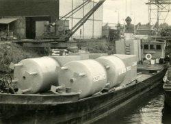 Transport per schip van ketels met opschrift Vincent.