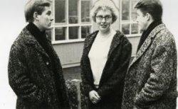 Scheidende redactieleden van de schoolkrant van het Sint Liduinalyceum in december 1964. Van links naar rechts: Harrie van Dijke, Ineke Boekestijn, Ad Ham. Zij waren           redactielid vanaf het schooljaar 1963/64 tot eind 1964.