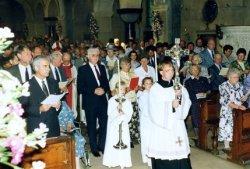 Tijdens de viering van het eeuwfeest van de St. Jacobuskerk in 1990. Links J.G. (Jan) van der Meer, voorzitter van het parochiebestuur. Tweede van rechts daarvan pastor Th.           Kool, daarachter, met mijter, bisschop Philippe Bär van Rotterdam.