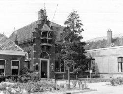 Het oude Raadhuis was gebouwd ter vervanging van het oude Ambachtshuis aan de Dorpstraat. Door een actie in 1973 werd het pand van de algehele slopingsdrang gered. Thans is           het in gebruik als Restaurant