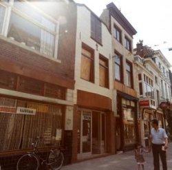 De even zijde van de Hoogstraat ter hoogte van nr. 168, gefotografeerd kort nadat het pand uitbrandde. Links op de hoek met de Gruttersteeg café de Kajuitbar, op 166 Turkse           slagerij Mevlana, dan een tabakszaak, daarnaast café Klein Duimpje.