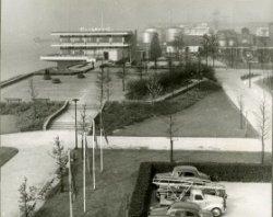 Het Cafe Restaurant Europoort in 1959, gezien vanaf de Maasboulevard in westelijke richting. Voor het Café- Restaurant het verhoogde plateau. Op de achtergrond de           opslagtanks van de firma N.V. Schieveem.