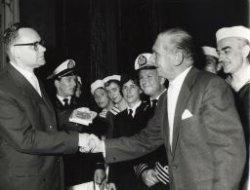 Rechts de heer M.A.A.de Jonge, de scheidend voorzitter van de sectie toneel van de Schiedamse Gemeenschap. Hij was dat vanaf 1948. Hij krijgt de erepenning van de Schiedamse           Gemeenschap overhandigd door de heer M. Holl, voorzitter van de Schiedamse Gemeenschap. Dit gebeurt op de laatste avond van de opvoering van de Schiedamse Revue