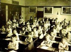 Klas 1 B van de Dr. J.Th. de Visserschool aan de West Frankelandsestraat 152 in het schooljaar 1936 - 1937, met juffrouw A.L.E.Geilvoet. De naamlijst en nummering van           personen in de map aan de balie in de studiezaal.