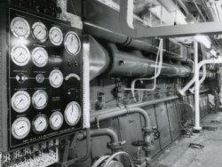 De achterwand met instrumentenpaneel van een van de twee 12 cilinder Smit M.A.N. viertakt dieselmotoren voor de aandrijving van de veerboot 'Free Enterprise III' (Co. 538)           Het schip was dubbelschroefs uitgevoerd, wat betekent dat zij twee van dergelijke motoren in de machinekamer had voor de aandrijving van beide schroeven.