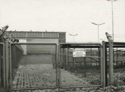 Het terrein van de N.V. Dok- en Werfmaatschappij Wilton-Fijenoord met zicht op machinehal H-K van Machinefabriek II. De foto is genomen vanaf het trottoir in de bocht van de           Admiraal de Ruyterweg tegenover het voormalige Gulfterrein.