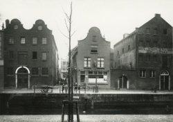 Enkele panden aan de Lange Haven aan weerszijden van de Bokkensteeg. Rechts van de steeg is een café en daarnaast distilleerderij