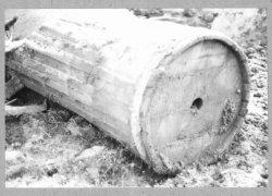 Pompvat voor welwater.Gekuipt hout met gesmeedde ijzeren hoepen en inlaatgat in de bodem met lederen terugslag klep. In het vat een losse pompbuis. In gebruik geweest bij de           branderij