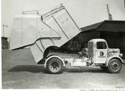 Eén van de wagens van de Gemeentelijke Reinigingsdienst aan de Gustoweg.