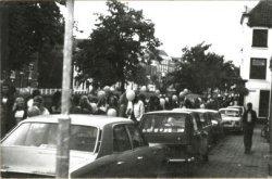 Optocht met ballonnen door de stad, georganiseerd door café De Quibus aan de Lange Haven, als onderdeel van de viering van het eenjarig bestaan op 6 september 1975. Deze           'ballonvaart' en verschillende andere feestelementen parodieerden de festiviteiten in mei 1975 ter viering van het 700-jarig bestaan van Schiedam. De Quibus vierde dan ook het feit dat het           café over 699 jaar 700 jaar zou bestaan.