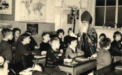 Leerlingen van de Willem Brouwerschool in Dwarsstraat met Sinterklaas en Zwarte Piet in de klas. De andere helft van de klas staat op de vorige foto (nr. 27512). W.           Bruggeman speelt Sinterklaas.
