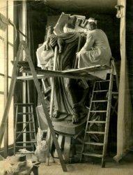 De kunstenaar André Henderickx aan het werk in zijn atelier aan de Oude Sluis aan het beeld van 'De Goede Herder', dat in 1963 geplaatst zal gaan worden in de hernieuwde           voorgevel van de Heilig Hartkerk aan de Rijnstraat nr. 1.