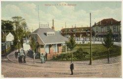 De keerlus van de tram en het RETM-tramhuisje, gezien vanaf een plek op de Broersvest, in de richting van de Rotterdamsedijk. De keerlus die naar de Broersvest nog enigszins           naar beneden helt, werd in de tweede helft van de jaren 1930 vervangen door een nieuwe lus die geheel horizontaal lag. De huisjes achter het witte hek en benedendijks aan de Rotterdamsedijk           staande, noemde men 'De tien geboden'. Het hoekpand rechts, op de hoek met de Buitenhavenweg, is café annex stalhouderij Hoek.