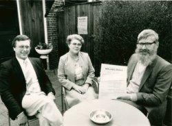 Het bestuur van de Oranjevereniging Wilhelmina te Kethel met v.l.n.r. Wim van der Eijk, Tinie Hamerslag en Cees de Groot, de voorzitter op het terras van café van Daan           Hamerslag aan de Kerklaan.