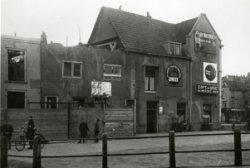 De noordzijde van de Gerrit Verboonstraat tussen Westvest en Lange Haven. De panden links van café De Unie op de hoek van de Lange Haven met de Gerrit Verboonstraat, worden           hier afgebroken om plaats te maken voor nieuwbouw.
