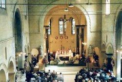 Tijdens de viering van het eeuwfeest van de St. Jacobuskerk in 1990. Achter het altaar links pastor Th. Kool, in het midden Philippe Bär, bisschop van Rotterdam en rechts           van hem pastor C.A. Veltman.