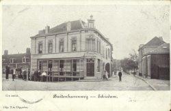 De Buitenhavenweg rechtdoor) met op de hoek van de Rotterdamsedijk café Hoek (Later, vanaf 1930 voortgezet onder naam