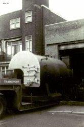 Een bij de N.V. Machinefabriek en Stoomketelmaatschappij v/h Ingelse & Co vervaardigde Inco-Stoomunit wordt door een dieplader van de firma König Transport uit de           ketelmakerij gereden. Opname vanaf de Warande.