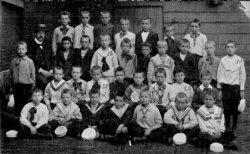 De Openbare lagere School A (met uitgebreid leerplan) aan de Gedempte Baansloot 31, bekend als 'de school van Tijl'. Hier de 4e klasse in juni 1907. De onderwijzer is J. van           Riemsdijk.
